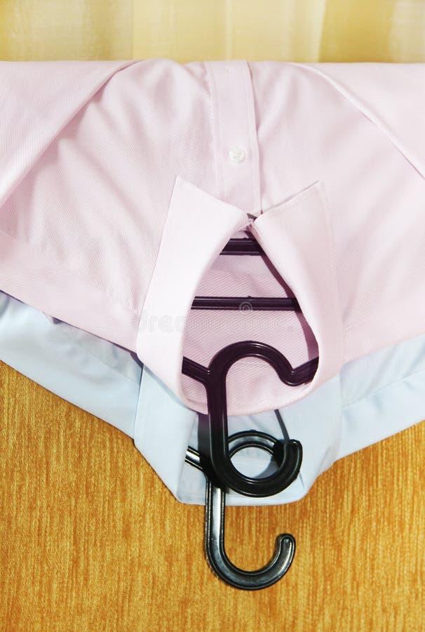 Καθαρίστε τη σιδερωμένη ένωση πουκάμισων σε μια καρέκλα στοκ φωτογραφία με δικαίωμα ελεύθερης χρήσης