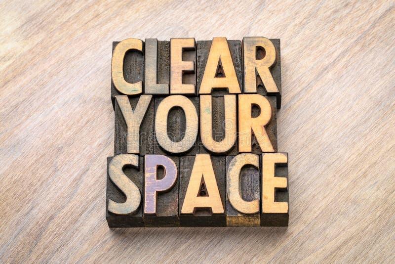 Καθαρίστε το διάστημά σας - περίληψη λέξης στον ξύλινο τύπο στοκ φωτογραφίες
