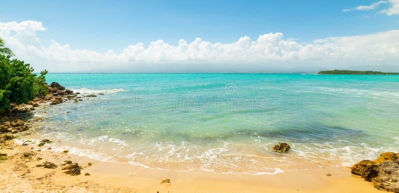 Καθαρίστε το νερό και το μπλε ουρανό Bas du Fort στην παραλία στοκ εικόνες