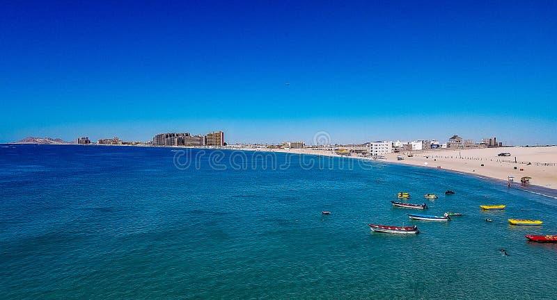 Καθαρίστε το νερό και τις βάρκες στην αμμώδη παραλία, δύσκολο σημείο, Μεξικό στοκ εικόνες