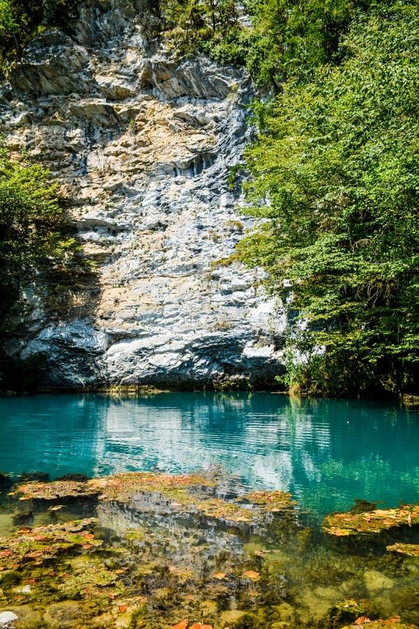 Καθαρίστε το νερό της λίμνης στον άσπρο απότομο βράχο στοκ εικόνες