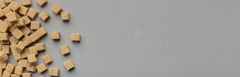 Καθαρισμένο σχέδιο ζάχαρης καλάμων στο γκρίζο υπόβαθρο στοκ εικόνες