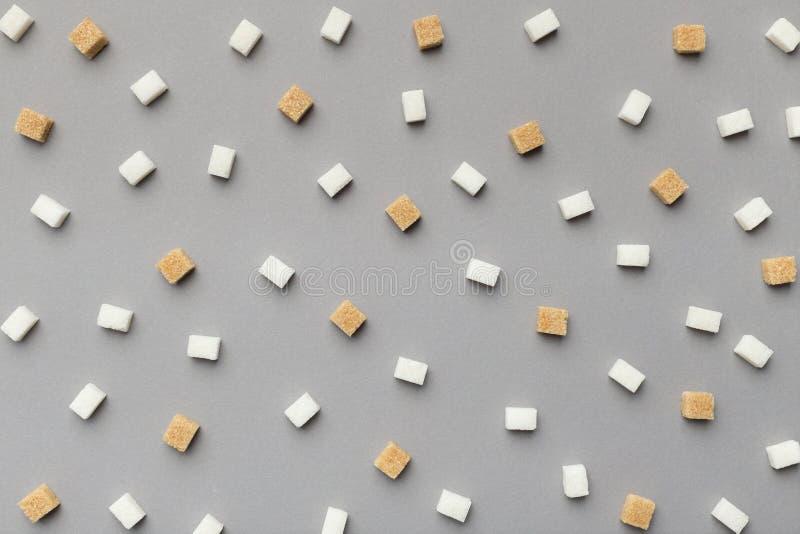 Καθαρισμένο minimalistic σχέδιο ζάχαρης στο γκρίζο υπόβαθρο στοκ εικόνες