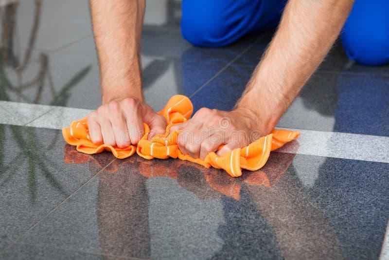 Καθαρισμός ατόμων με το ξεσκονόπανο στοκ εικόνες