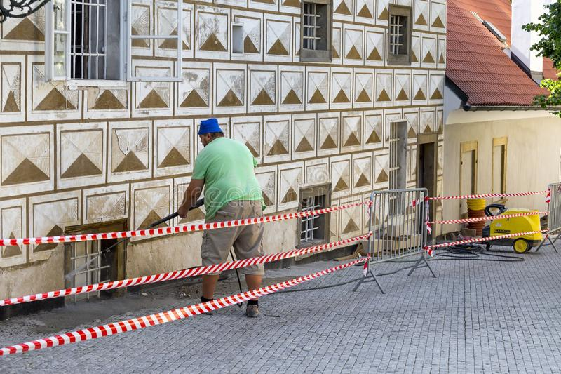 Καθαρισμός βρώμικου τοίχος με την υψηλή προβολή ύδατος στοκ εικόνες