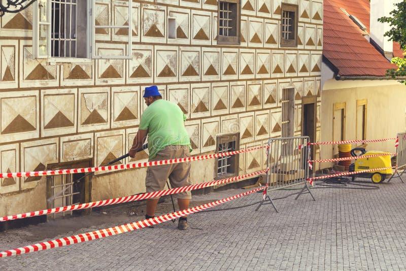 Καθαρισμός βρώμικου τοίχος με την υψηλή προβολή ύδατος 2 στοκ εικόνες