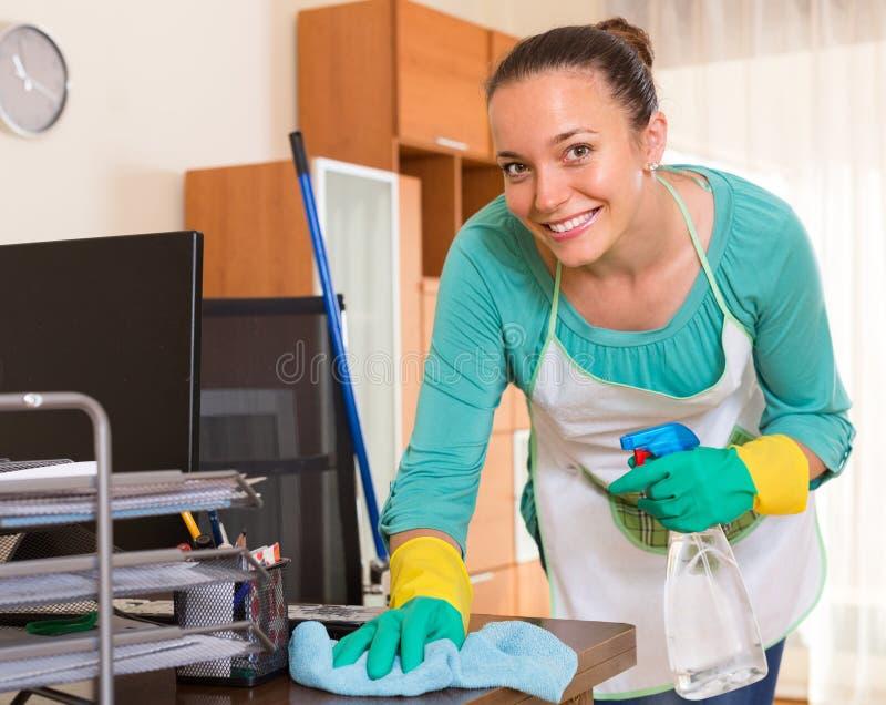 Καθαρισμός γυναικών στο γραφείο στοκ φωτογραφία με δικαίωμα ελεύθερης χρήσης