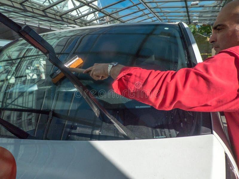 Καθαρισμός ενός παραθύρου αυτοκινήτων στοκ φωτογραφία με δικαίωμα ελεύθερης χρήσης