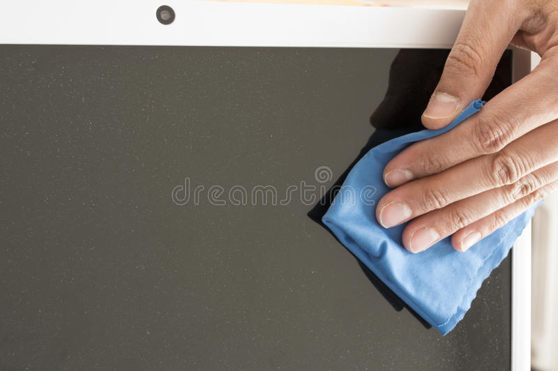 Καθαρισμός μιας επίπεδης οθόνης στοκ φωτογραφία με δικαίωμα ελεύθερης χρήσης