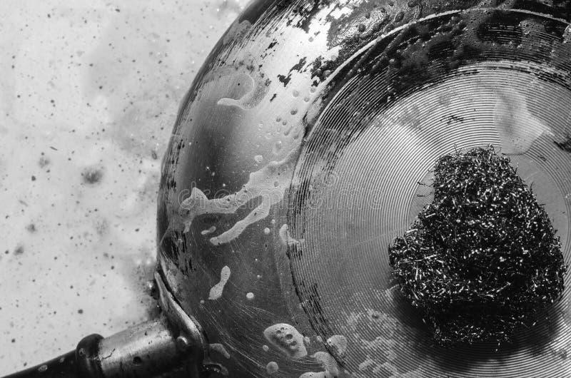 Καθαρισμός νγκαρά σε λεκάνη με μεταλλικό αποξέστωμα με απορρυπαντικό στοκ εικόνα με δικαίωμα ελεύθερης χρήσης