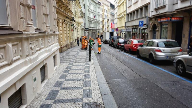 Καθαρισμός οδών με ένα κενό στην Πράγα στοκ φωτογραφίες