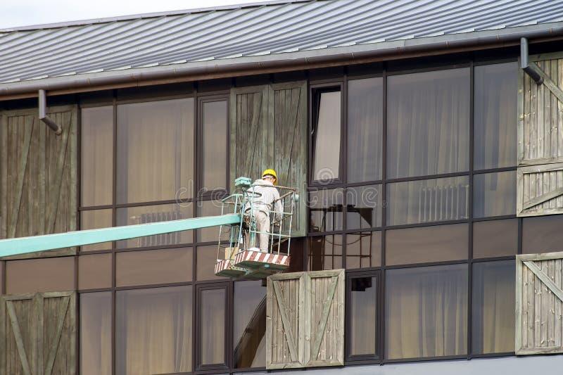 Καθαρισμός παραθύρων από τον ανελκυστήρα στοκ φωτογραφία