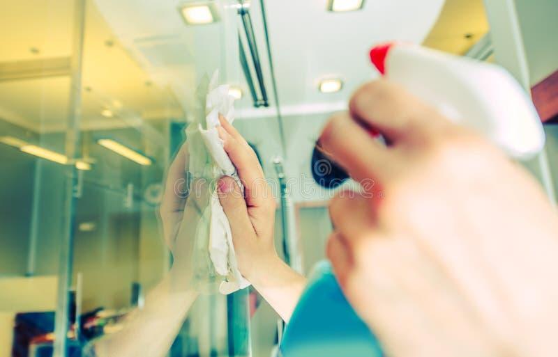 Καθαρισμός παραθύρων γραφείων στοκ φωτογραφία με δικαίωμα ελεύθερης χρήσης