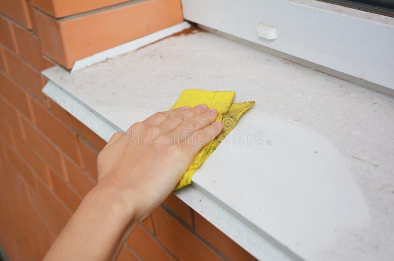 Καθαρισμός στρωματοειδών φλεβών παραθύρων από τη σκόνη που καθαρίζει τα παράθυρα και τις στρωματοειδείς φλέβες παραθύρων σας στοκ φωτογραφία με δικαίωμα ελεύθερης χρήσης