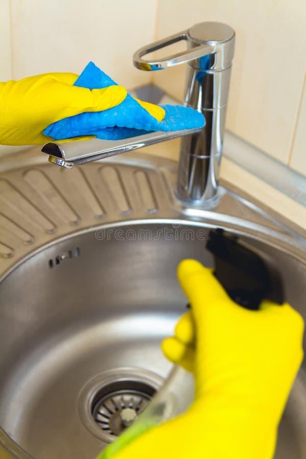 Καθαρισμός της έννοιας στροφίγγων κουζινών στοκ φωτογραφία