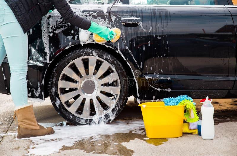 Καθαρισμός του πλυσίματος αυτοκινήτων ροδών με ένα σφουγγάρι στοκ εικόνα με δικαίωμα ελεύθερης χρήσης