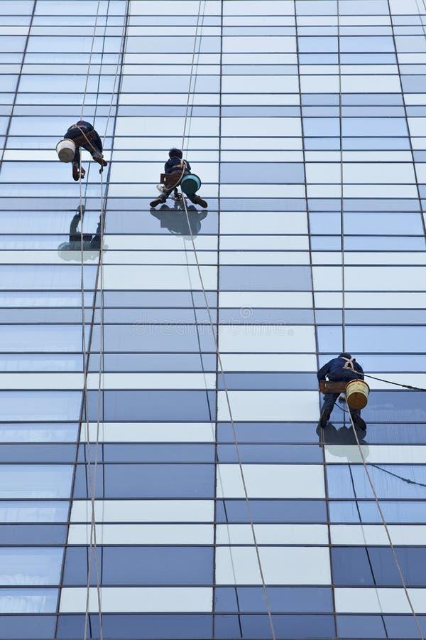Καθαριστές παραθύρων που κρεμούν στα σχοινιά ενάντια σε ένα κτίριο γραφείων, Πεκίνο, Κίνα στοκ εικόνα με δικαίωμα ελεύθερης χρήσης