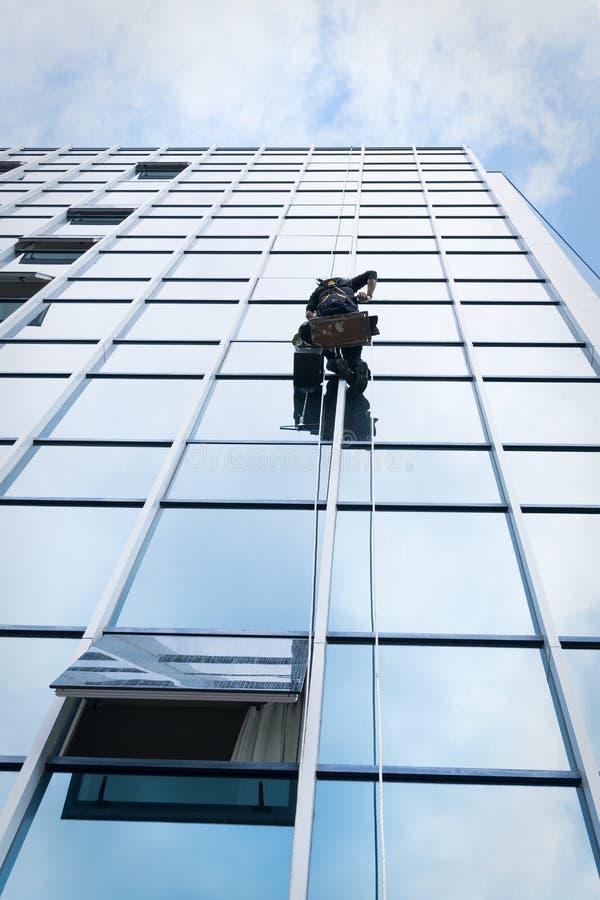 Καθαριστής παραθύρων που αναστέλλεται στοκ φωτογραφίες