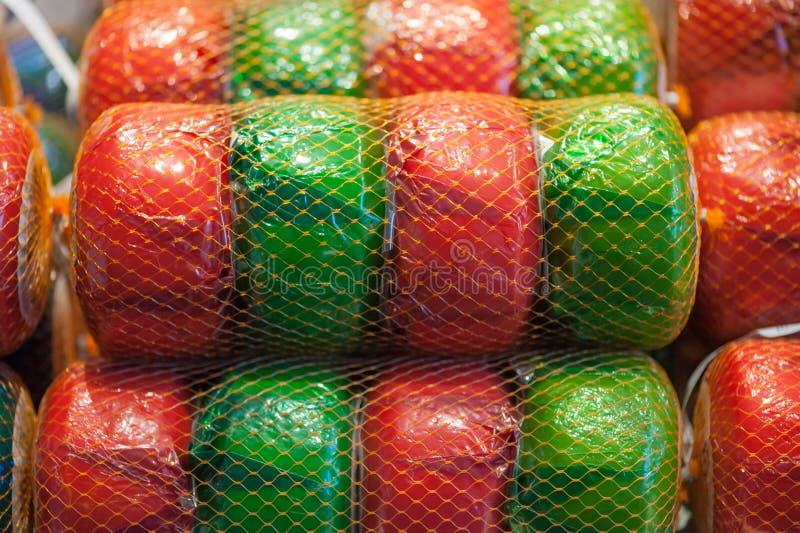 Καθαρός των πράσινων και κόκκινων ροδών του τυριού γκούντα στοκ φωτογραφίες