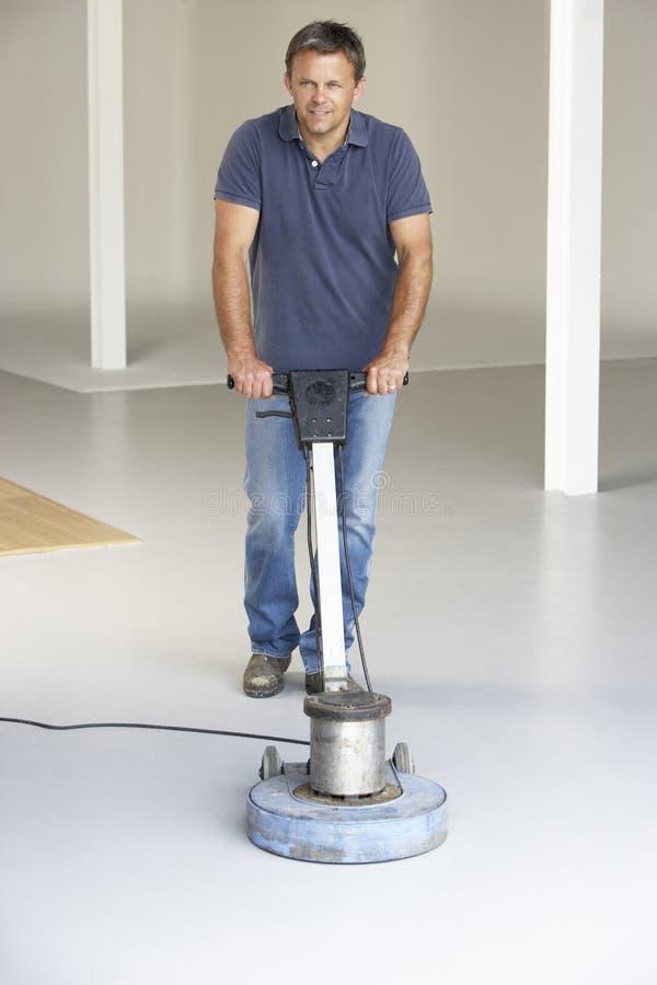 Καθαρότερο γυαλίζοντας πάτωμα γραφείων στοκ φωτογραφία