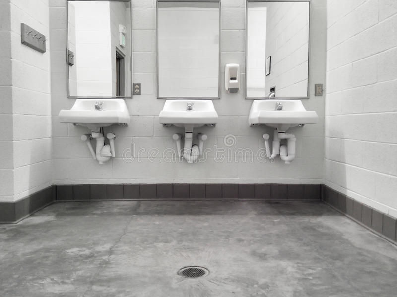 Καθαρό απλό δημόσιο washroom βυθίζει τους καθρέφτες στοκ εικόνες