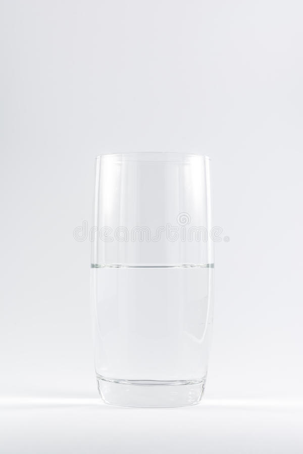 Καθαρό καθαρό γυαλί άσπρου υποβάθρου Ν Minimalistic νερού του απλού στοκ φωτογραφία με δικαίωμα ελεύθερης χρήσης