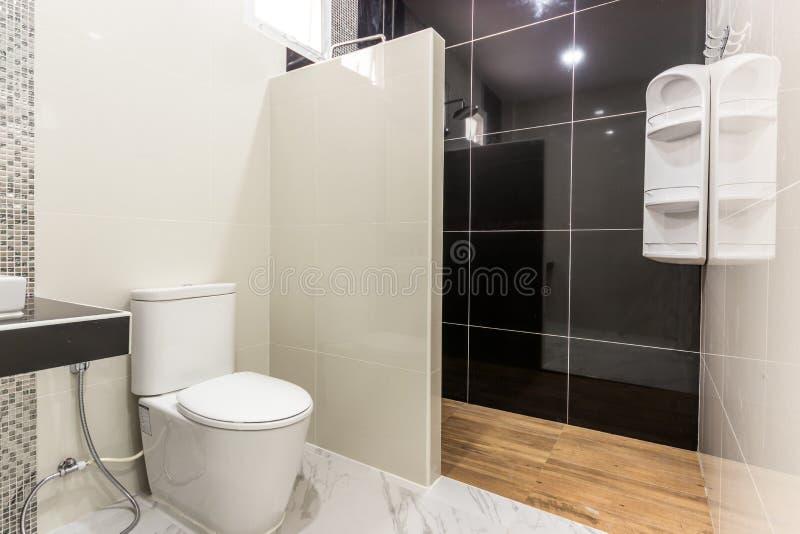 Καθαρό και λευκό μπάνιο και μοντέρνα εμφάνιση στοκ φωτογραφία