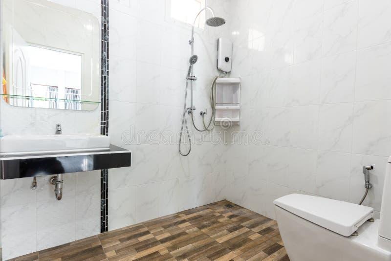 Καθαρό και λευκό μπάνιο και μοντέρνα εμφάνιση στοκ εικόνες