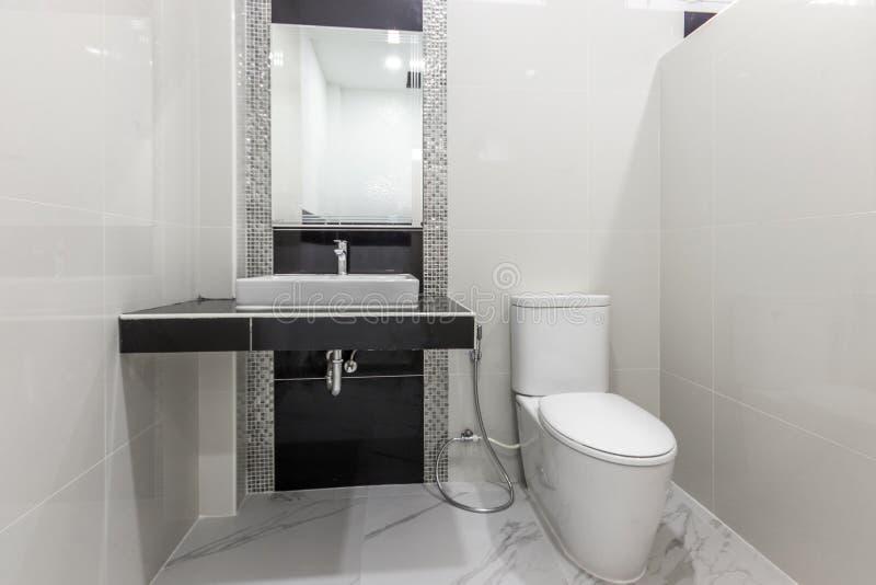 Καθαρό και λευκό μπάνιο και μοντέρνα εμφάνιση στοκ εικόνα