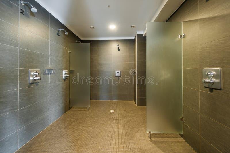 Καθαρό και σύγχρονο δωμάτιο ντους στο στούντιο ικανότητας στοκ φωτογραφία με δικαίωμα ελεύθερης χρήσης