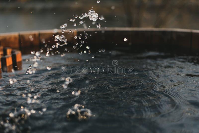 Καθαρό νερό ψεκασμού καλά γεμισμένη Ξύλινος καλά με το νερό στοκ φωτογραφία