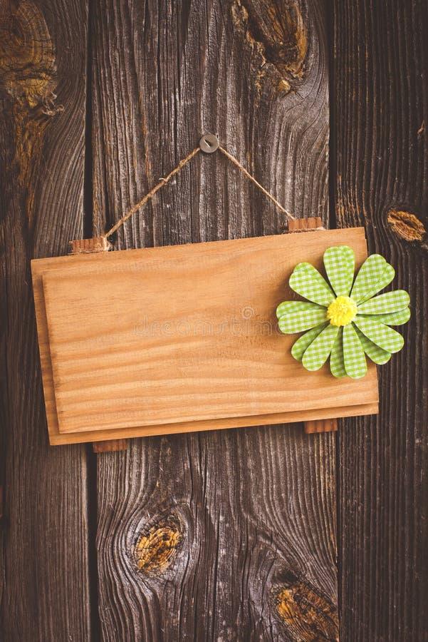 Καθαρό πιάτο σε ένα ξύλινο υπόβαθρο στοκ φωτογραφία με δικαίωμα ελεύθερης χρήσης