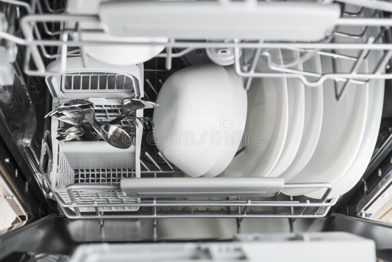 καθαρό πλυντήριο πιάτων πιάτων ανοικτό στοκ εικόνα