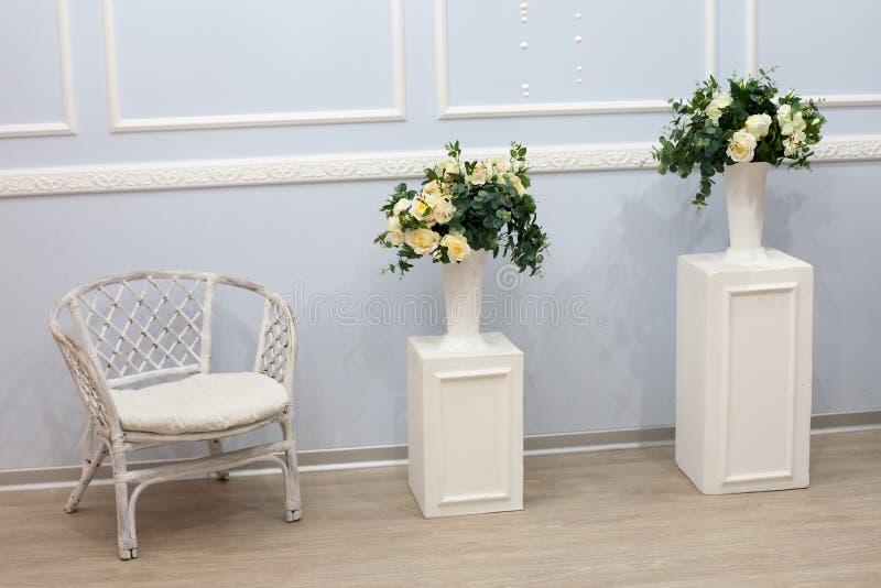 Καθαρό φωτεινό άσπρο εσωτερικό πολυτέλειας στοκ φωτογραφία