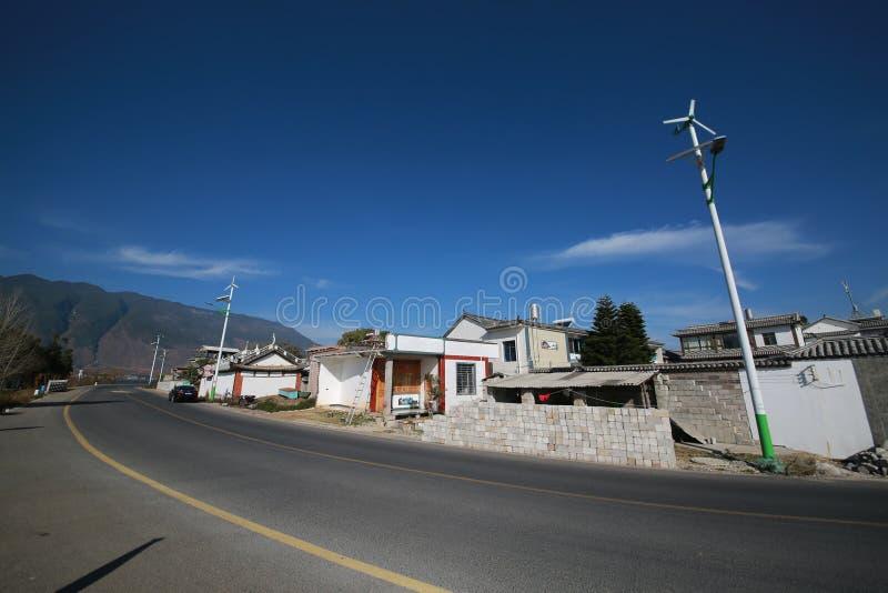 Καθαρό χωριό με τους ηλιακούς λαμπτήρες οδών στοκ εικόνα