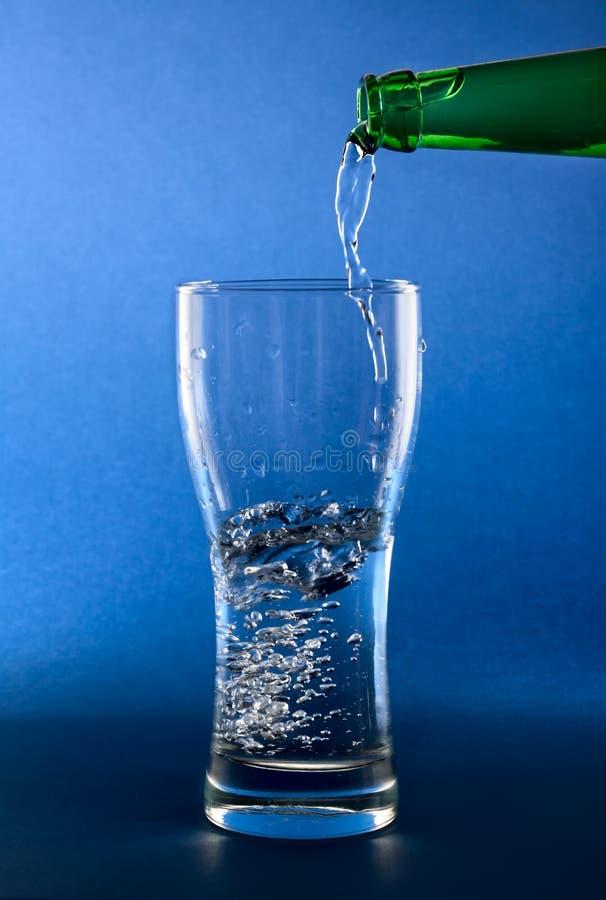 καθαρό χύνοντας ύδωρ γυα&lambda στοκ φωτογραφία με δικαίωμα ελεύθερης χρήσης