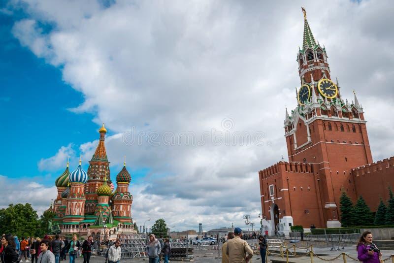 Καθεδρικός ναός και Spasskaya Bashnya του βασιλικού του ST στην κόκκινη πλατεία στη Μόσχα, Ρωσία στοκ εικόνα