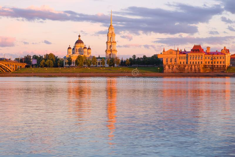 Καθεδρικός ναός μεταμόρφωσης λαμβάνοντας υπόψη τον ήλιο ρύθμισης Rybinsk, Ρωσία στοκ εικόνες