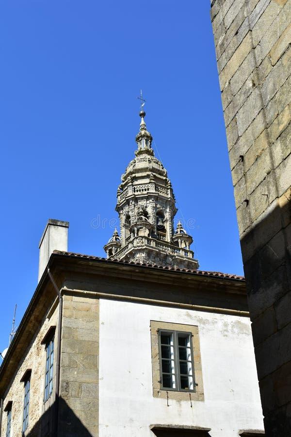 Καθεδρικός ναός: Μπαρόκ πύργος σε ένα σπίτι αστεία προοπτική Ηλιόλουστη ημέρα, μπλε ουρανός compostela de Σαντιάγο Ισπανία στοκ φωτογραφία