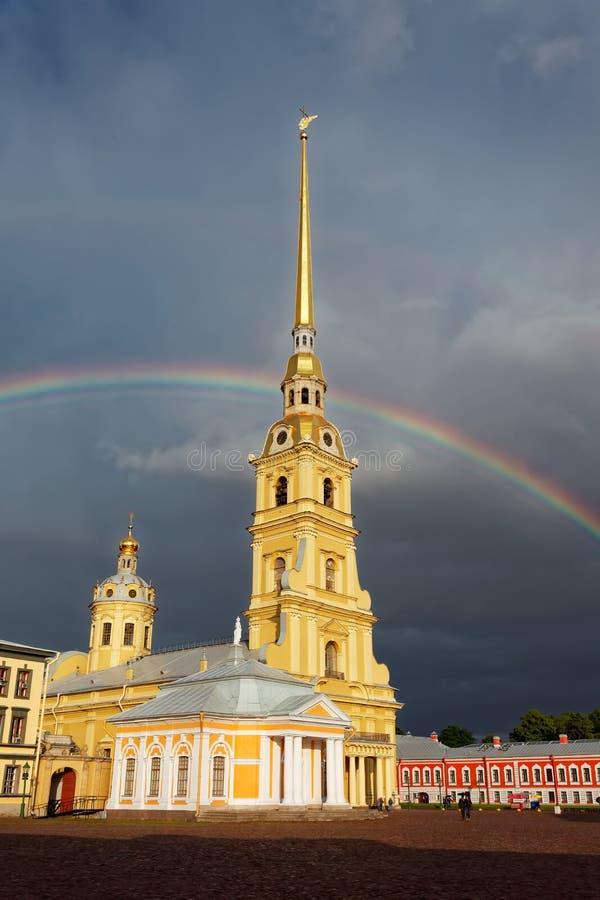 Καθεδρικός ναός στο κέντρο του Peter και του φρουρίου του Paul, Άγιος-Πετρούπολη, Ρωσία Διπλό ουράνιο τόξο στον ουρανό σύννεφων στοκ εικόνες