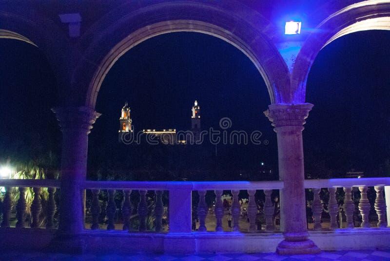 Καθεδρικός ναός του Μέριντα SAN Ildefonso τη νύχτα με το μπλε backlight yucatan Μεξικό στοκ φωτογραφία με δικαίωμα ελεύθερης χρήσης