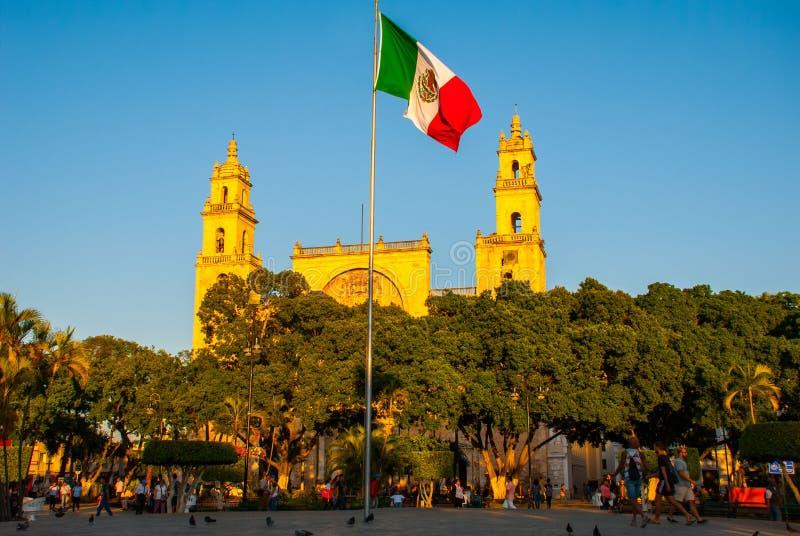 Καθεδρικός ναός του Μέριντα SAN Ildefonso το βράδυ Μεξικάνικοι κυματισμοί σημαιών στον αέρα yucatan Μεξικό στοκ εικόνα