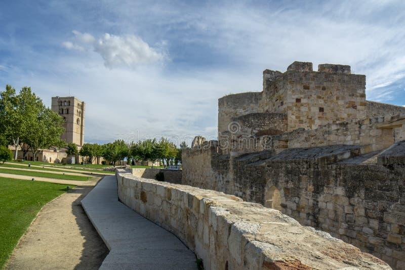 Καθεδρικός ναός του Castle και Zamora στην Ισπανία κοντά μέσω του τρόπου de Λα Plata στοκ φωτογραφία με δικαίωμα ελεύθερης χρήσης