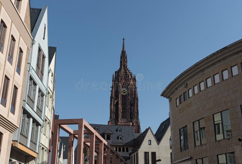 Καθεδρικός ναός DOM αλλαντιδίων τύπου Φρανκφούρτης του ST Bartholomaus με τη νέα ανάπτυξη Roemerberg στη Φρανκφούρτη, Γερμανία στοκ φωτογραφίες