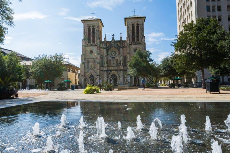 Καθεδρικός ναός SAN Fernando σε κύριο Plaza δίπλα στον περίπατο ποταμών στο SAN Α στοκ εικόνα με δικαίωμα ελεύθερης χρήσης