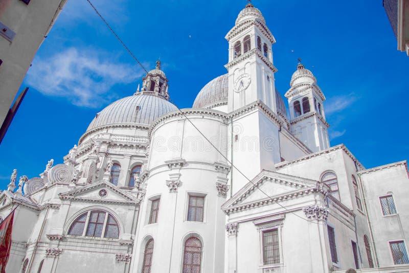 Καθεδρικός χαιρετισμός της Σάντα Μαρία ντέλα στη Βενετία, κοντά στον γαλάζιο ουρανό στοκ εικόνα
