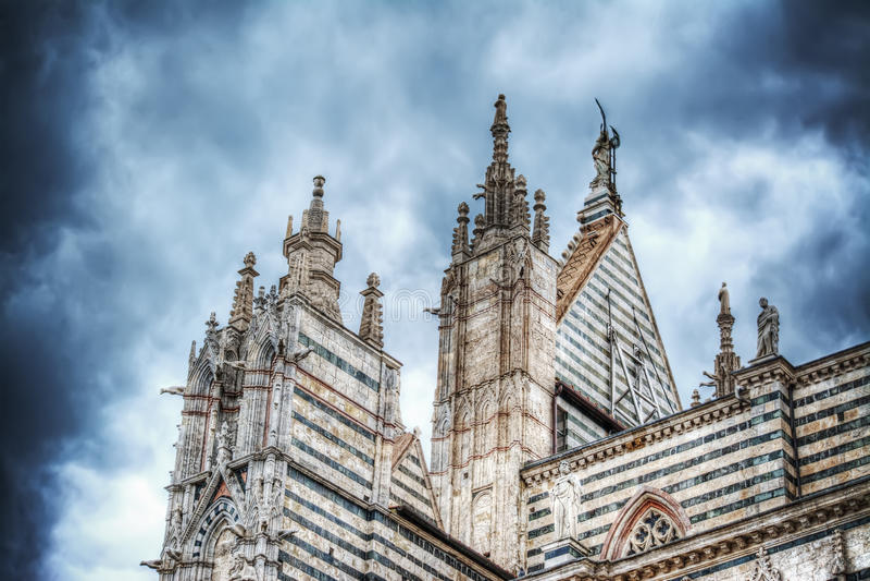 Καθεδρικός ναός της Σάντα Μαρία Assunta στη Σιένα κάτω από έναν δραματικό ουρανό στοκ εικόνα με δικαίωμα ελεύθερης χρήσης