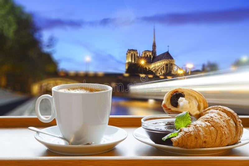 Καθεδρικός ναός της Notre Dame με τον καφέ και croissants στο Παρίσι, Γαλλία στοκ εικόνες με δικαίωμα ελεύθερης χρήσης