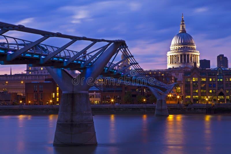 Καθεδρικός ναός του ST Paul και η γέφυρα χιλιετίας στοκ φωτογραφία με δικαίωμα ελεύθερης χρήσης