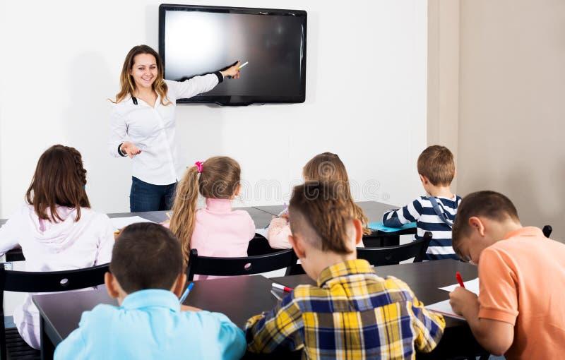 Καθηγητής και του δημοτικού σχολείου παιδιά ηλικίας στοκ φωτογραφία με δικαίωμα ελεύθερης χρήσης